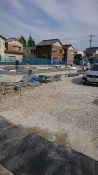 基礎の状態での外部配管工事施工の様子